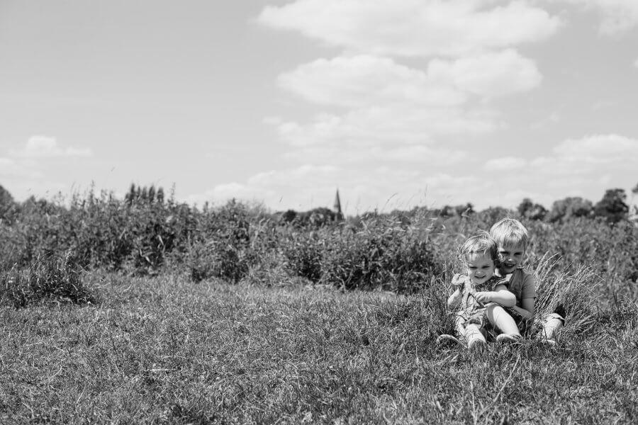 Een leuke foto van gezellige kinderen rond Eerbeek - fotoshoot het gezin