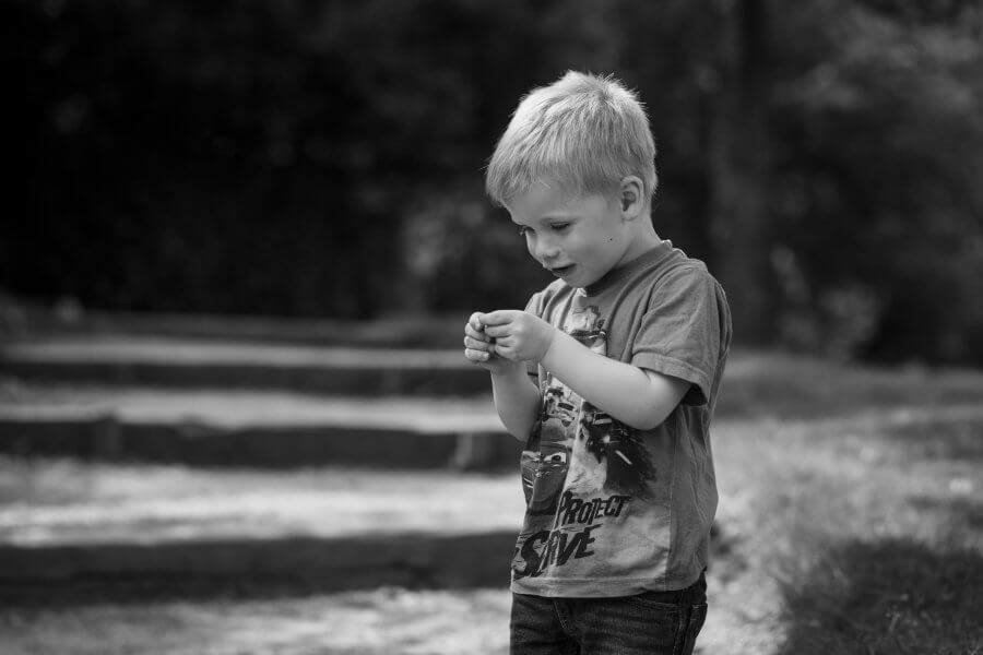 Een mooie foto van spelende kids in de buurt van Putten - fotoshoot jouw gezin