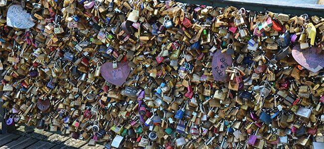 Huwelijksreis Parijs - brug met slotjes