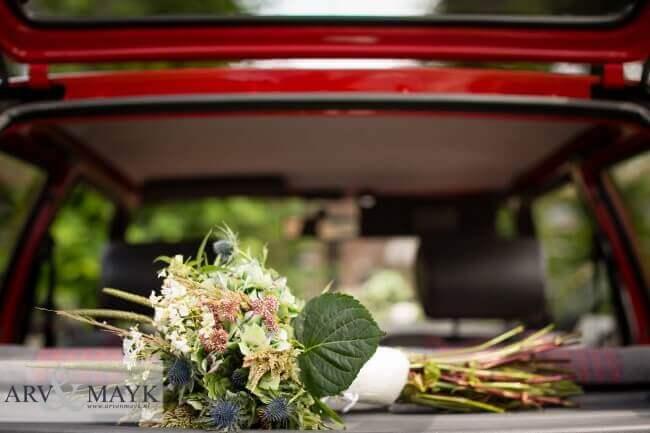 Het bruidsboeket op de hoedenplank