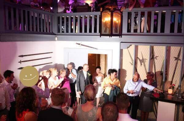 """Een mooi moment; het bruidspaar maakt hun binnenkomst bij het feest. Alle instellingen hebben we gereed... ... en daar is """"Smiley"""", en maakt even snel een mooie foto. Het is donker in de feestzaal dus gewoon even flitsen ;)."""
