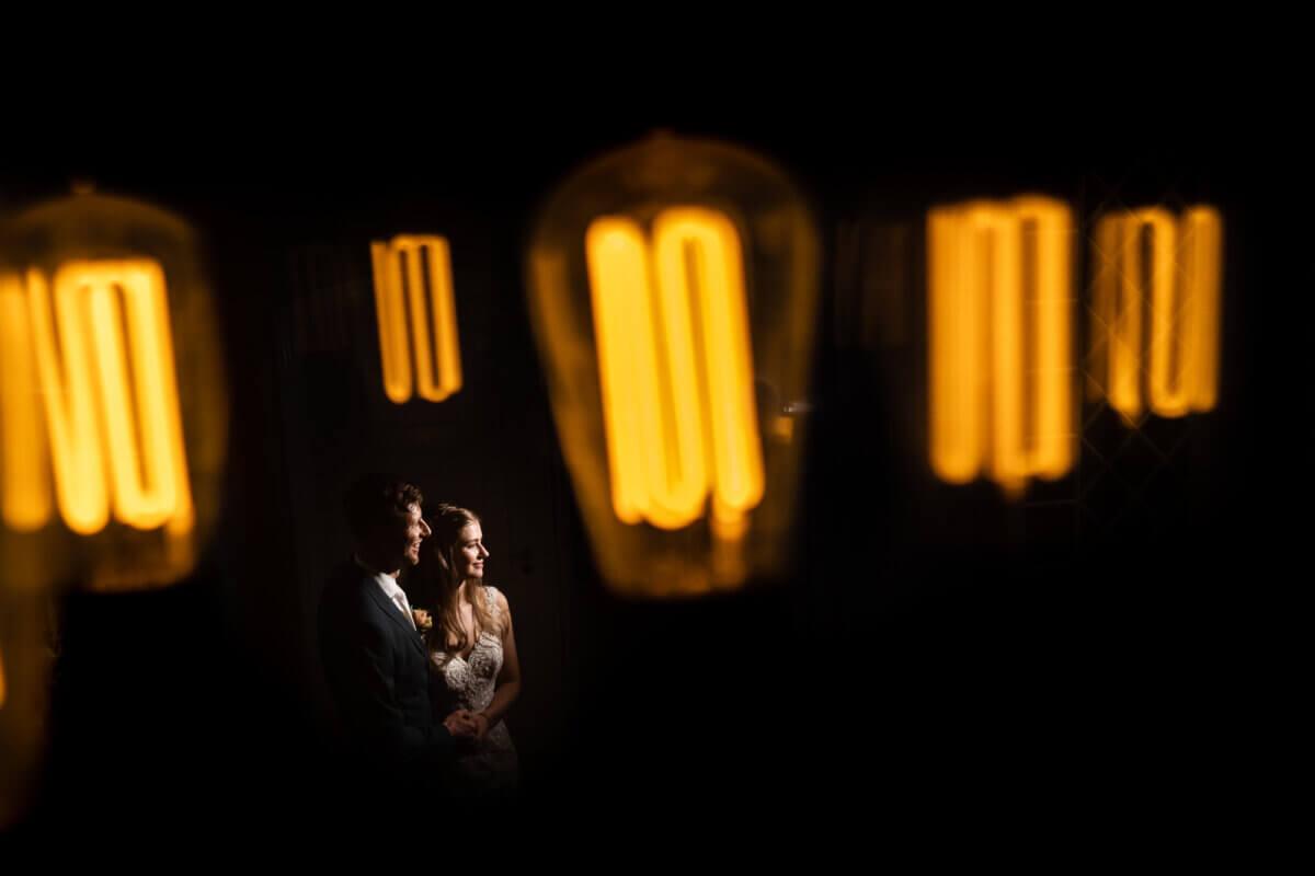 Bruidspaar met mooi licht om hen heen