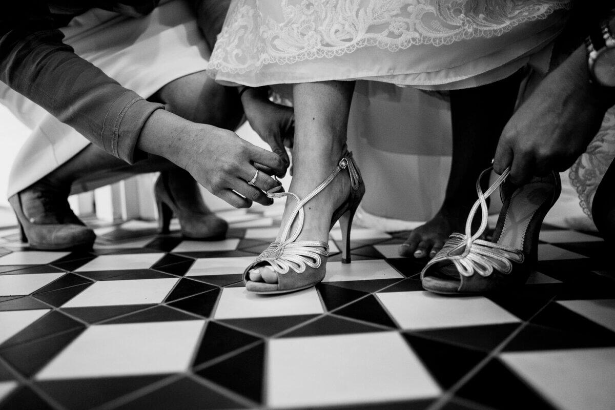 Schoenen van de bruid worden aangedaan